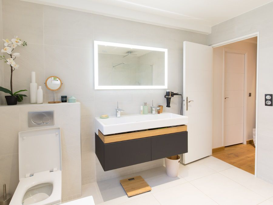 Un meuble vasque de salle de bains