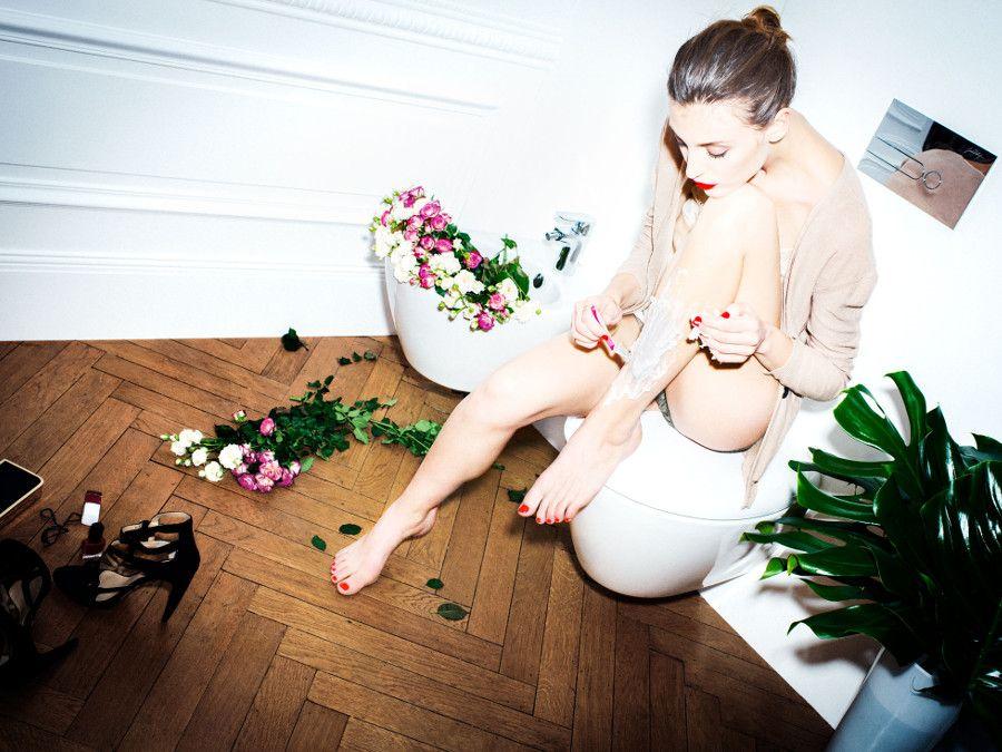 Un élégant bidet rempli de fleurs et entouré de plantes