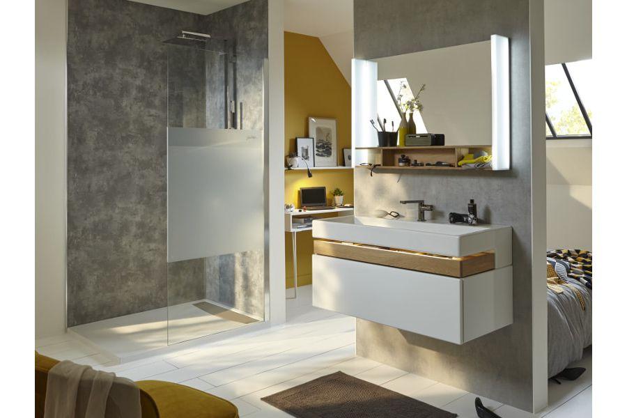 Du béton ciré gris sur les murs d'une salle de bains pour un effet industriel chic