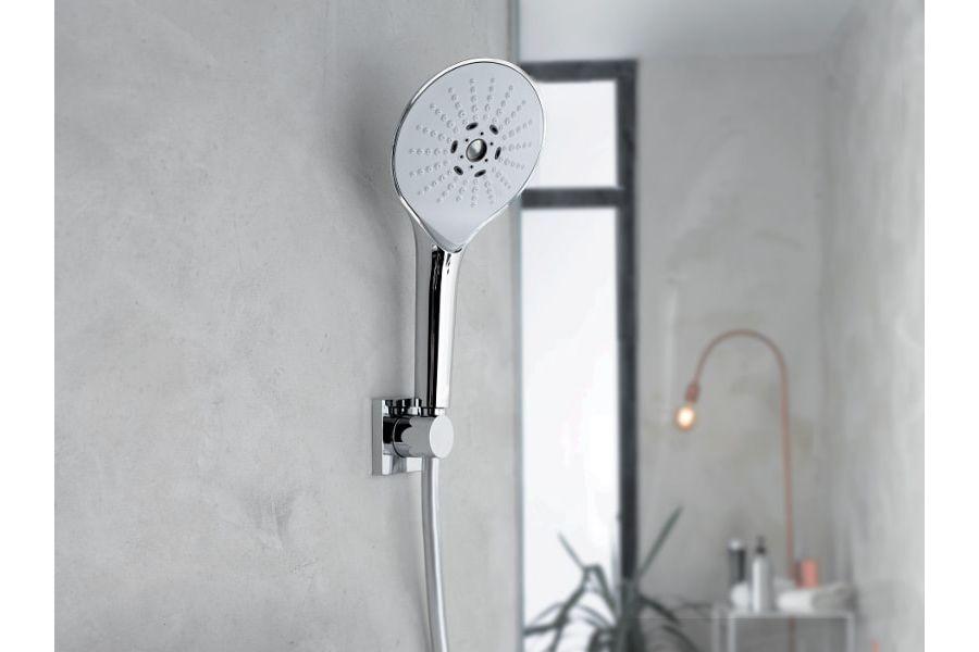 Des murs gris dans une salle de bains lumineuse avec au premier plan une robinetterie Collection EDGAR