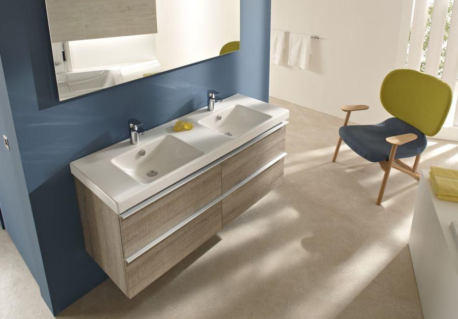 Un meuble en bois sous une double vasque