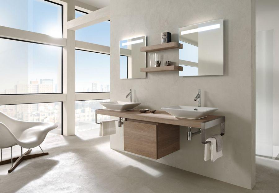 Une salle de bains avec meuble en bois