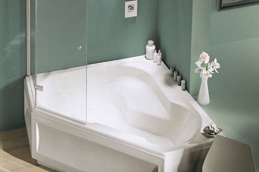 Une baignoire BAIN-DOUCHE dans une salle de bains avec des murs couleurs émeraudes