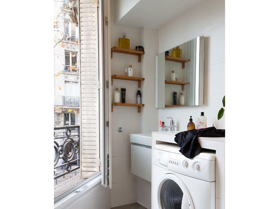 Une salle de bains pratique et moderne avec des rangements et une baignoire douche