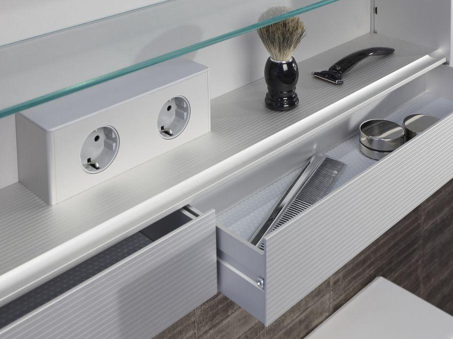 Des rangements complémentaires très utiles dans une petite salle de bains