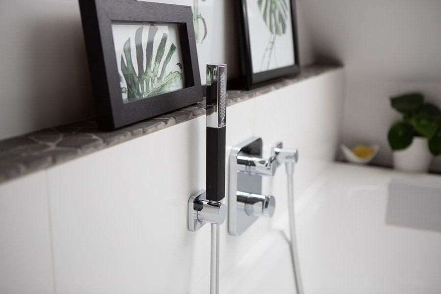 Une robinetterie encastrée en chrome pour le bain