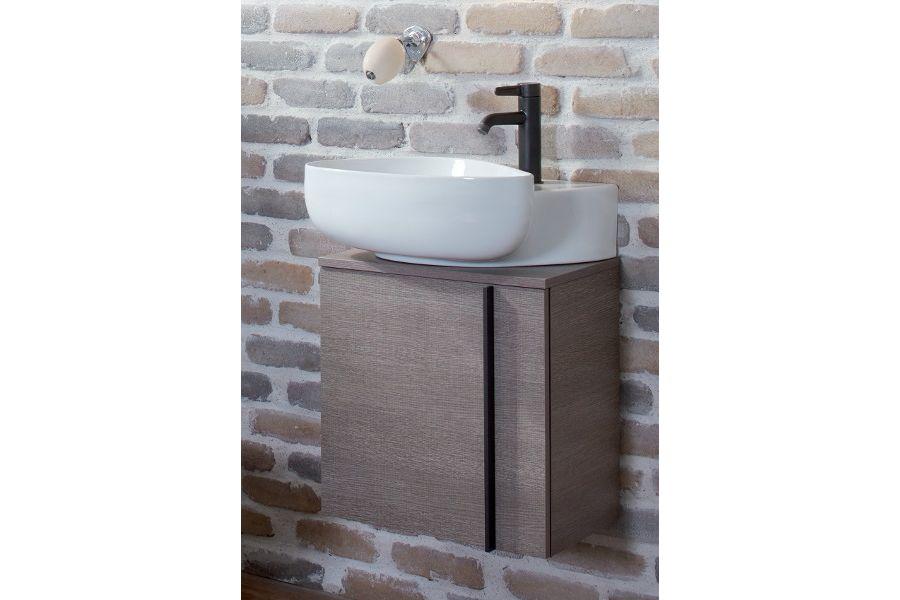 Une robinetterie noire contemporaine accompagnée de sa vasque blanche et de son meuble-vasque aux tons marrons