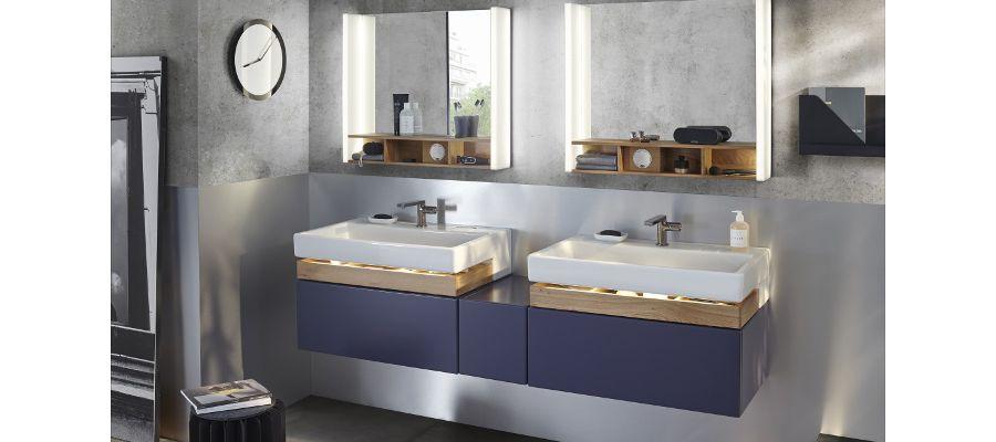 Une jolie salle de bains aux couleurs bleues foncés et gris souris avec une double vasque blanche