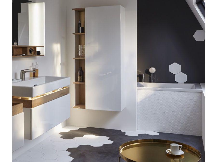 Une belle salle de bains parsemée de carrelage blanc au sol et sur les murs