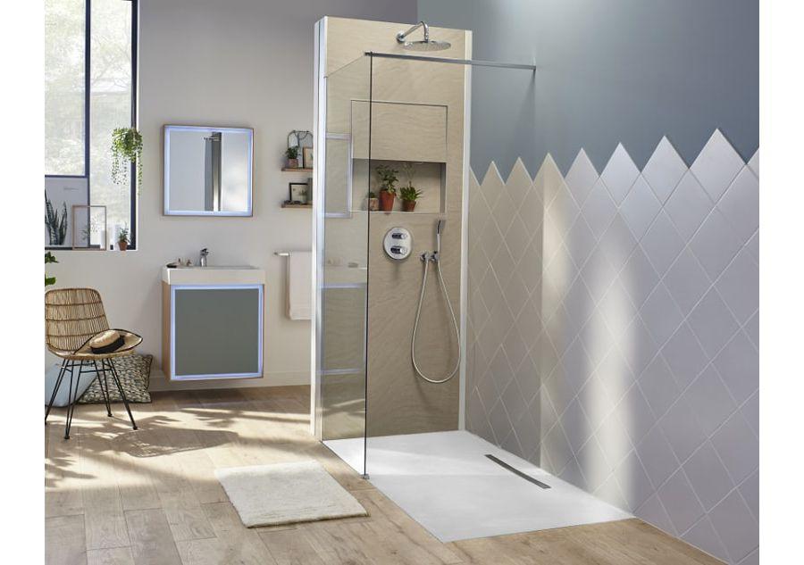 Une salle de bains contenant une douche ouverte avec sur les murs du carrelage et de la peinture