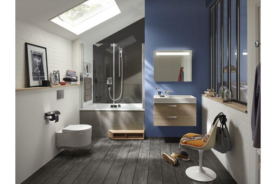 Du parquet dans une salle de bains avec une fenêtre au plafond pour chasser l'humidité