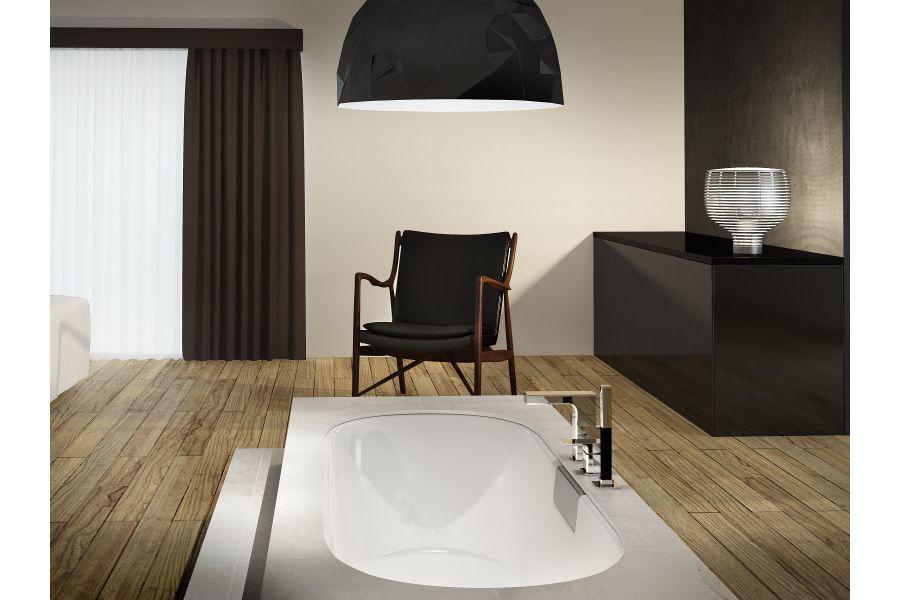 Une suite parentale avec une baignoire entourée d'un parquet vertical au sol