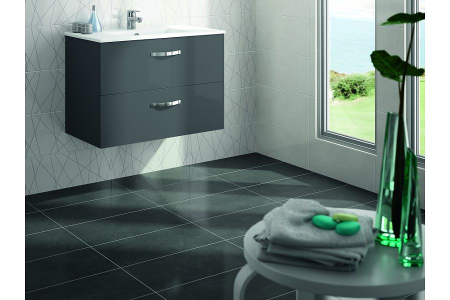 Du carrelage noir et élégant dans une salle de bains pour agrandir l'espace et donner un effet chic à la pièce