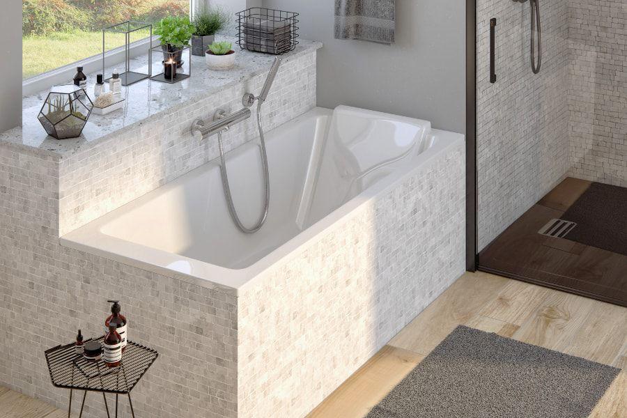 Une baignoire blanche SOFA avec un tablier de baignoire en pierre naturelle dans une salle de bains moderne