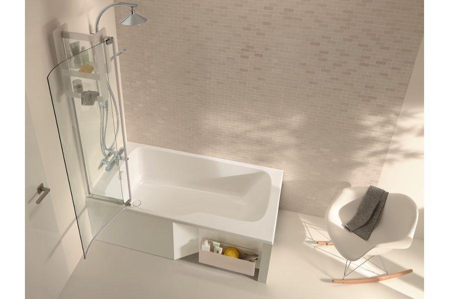 Une salle de bains de couleur blanche avec des murs brillants et une chaise à bascule blanche pour un espace épuré et raffiné pour donner de l'éclat dans une salle de bains sombre
