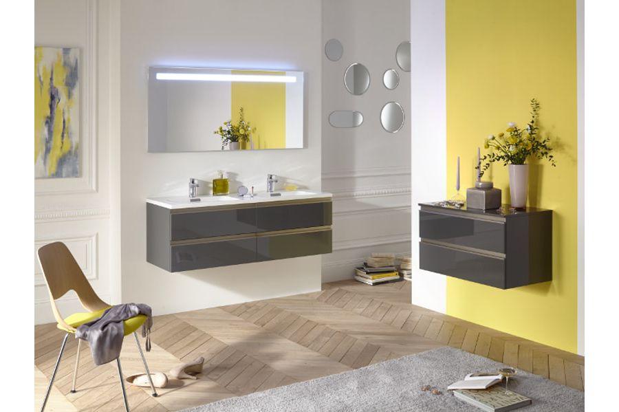 Une salle de bains jaune vif et pétillante avec des meubles en laque marron et des miroirs pour illuminer l'espace