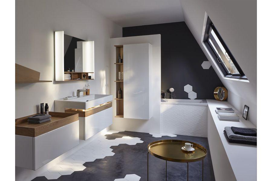 Une salle de bains illuminée par des spots LED sous des combles