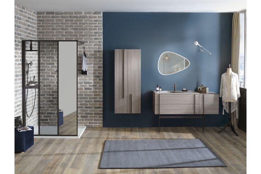Du parquet au style parisien et à l'aspect vieilli dans une grande salle de bains NOUVELLE VAGUE
