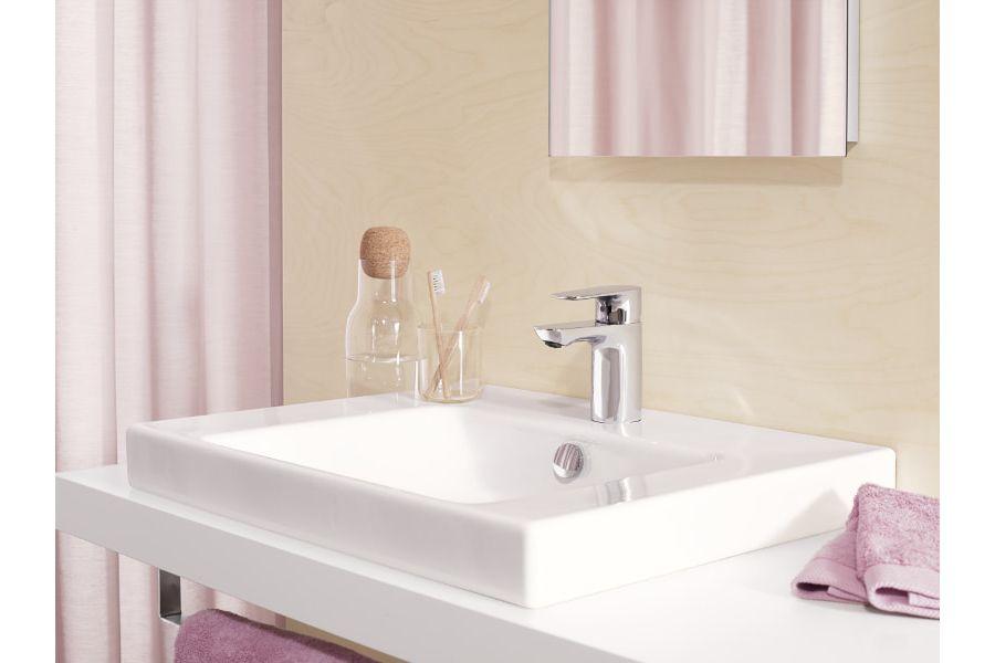 Des couleurs claires dans une salle de bains sans fenêtre