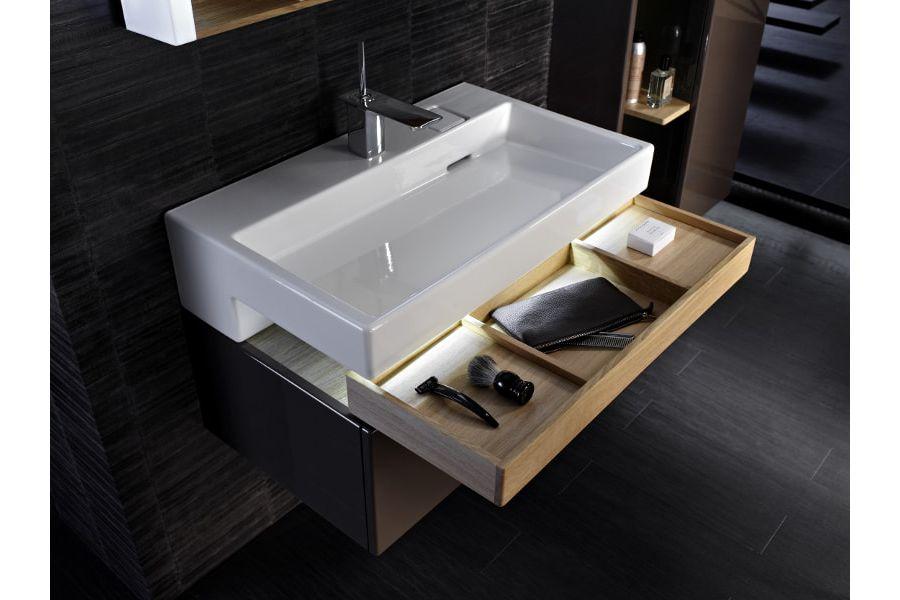 Une salle de bains sombre sans fenêtre aux allures de boudoirs pour rendre la pièce tendance