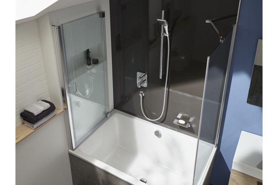 Une baignoire compacte et esthétique sous des combles pour une salle de bains sous les toits