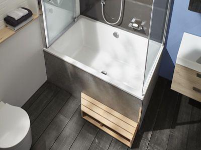 Une baignoire style capsule avec un tablier de baignoire aux mêmes teintes que le revêtement de sol