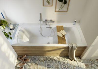 Un tablier de baignoire en bois clair dans une salle de bains à l'ambiance très chaleureuse