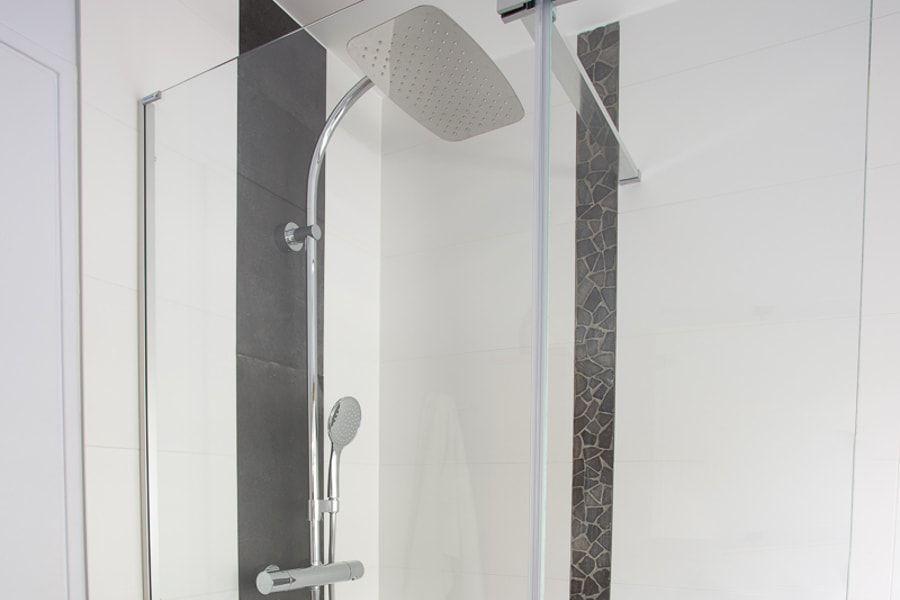 Une robinetterie de douche chromée avec une pomme de tête
