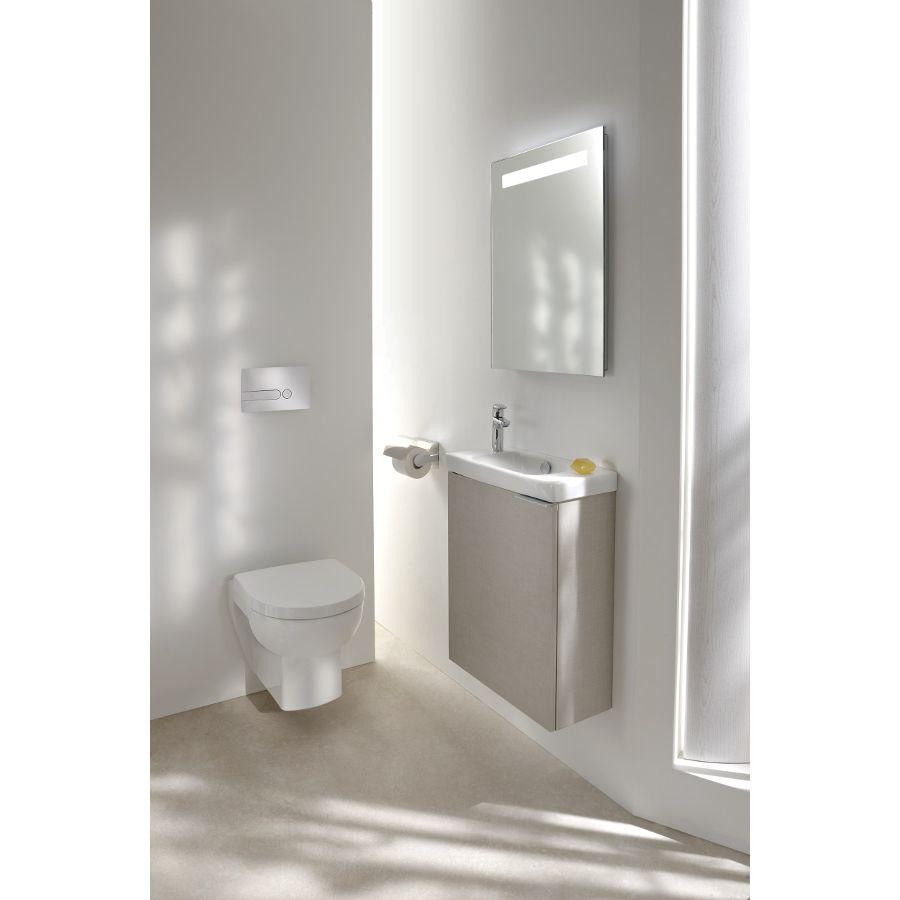 Un bel espace sanitaire aux murs blancs avec un lave mains