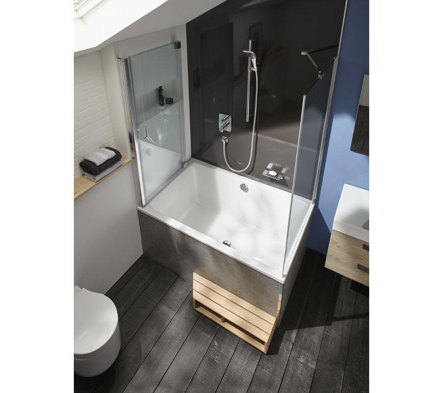 Une baignoire compacte CAPSULE avec marche-pied en bois idéal pour les salles de bains étroites