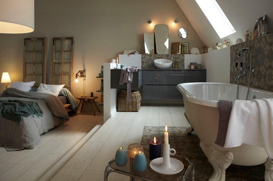 Une suite parentale spacieuse avec une baignoire et une estrade
