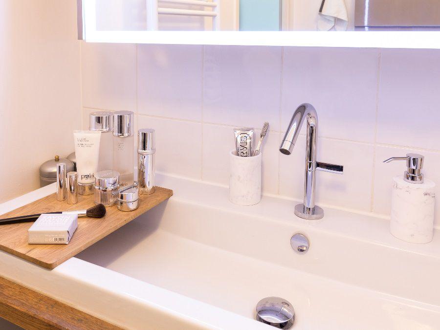 Une vasque avec une tablette en bois amovible