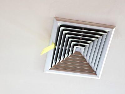 Un aérateur au plafond d'une salle de bains pour éviter l'humidité