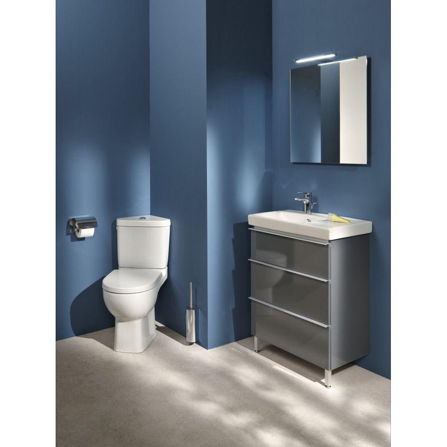Un Wc d'angle blanc pour optimiser l'espace dans une salle de bains bleu