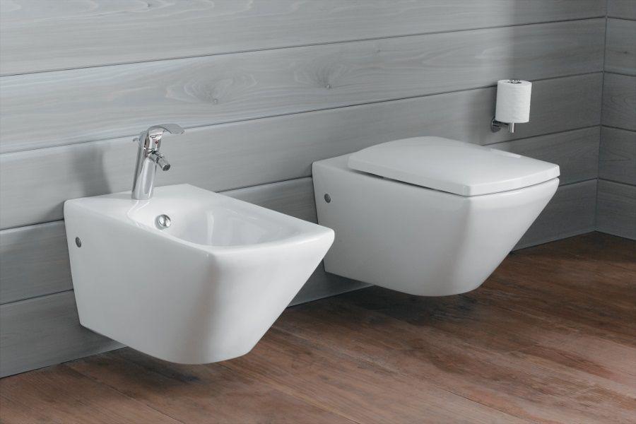 Des WC avec un mur de couleur grise