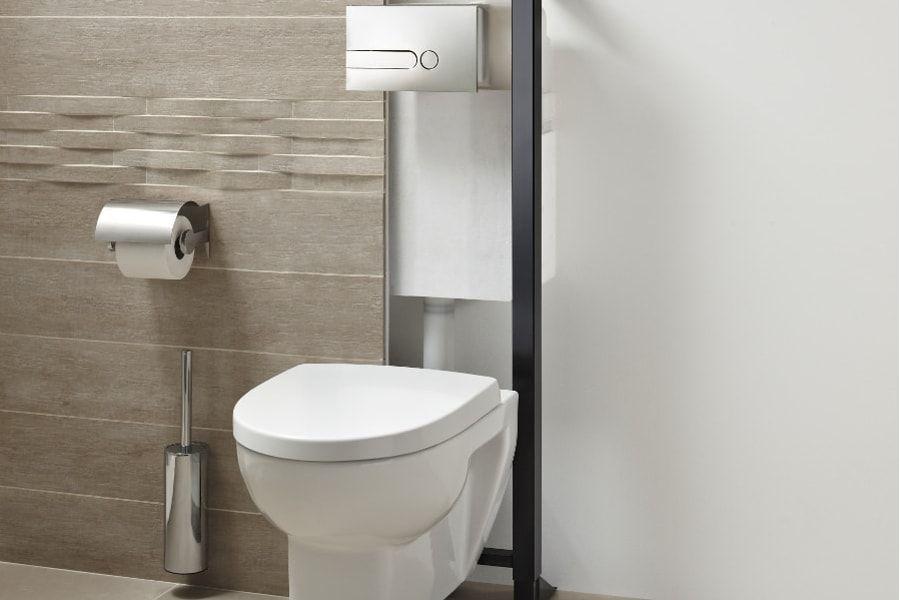 Un WC blanc muni d'une douche chasse pour faire des économies