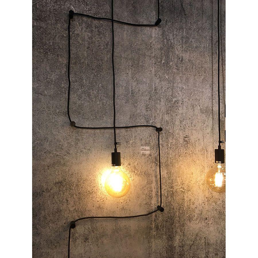 Une lampe déco noire avec ampoule apparente