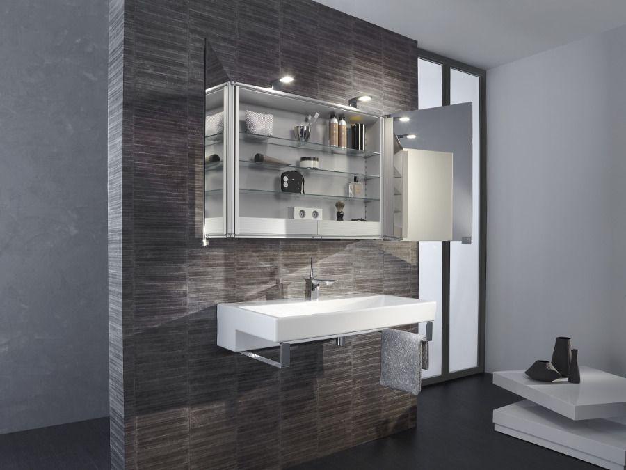 Une armoire de toilettes avec des rangements intégrés