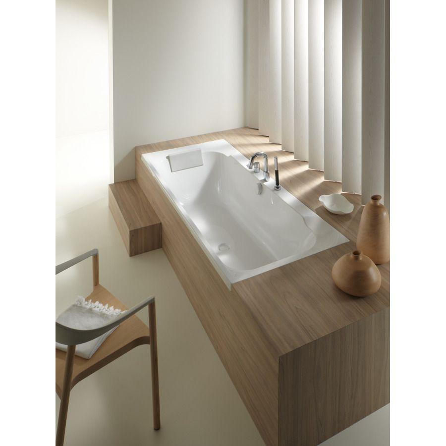 Baignoire rectangulaire en acrylique avec une décoration bois