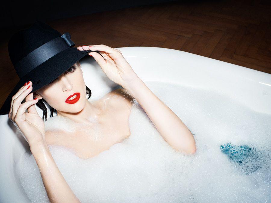 Le bien-être d'une élégante femme qui se détend dans un bain