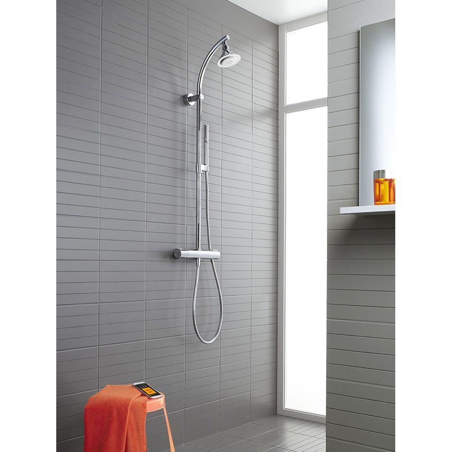 Une douche avec un haut-parleur