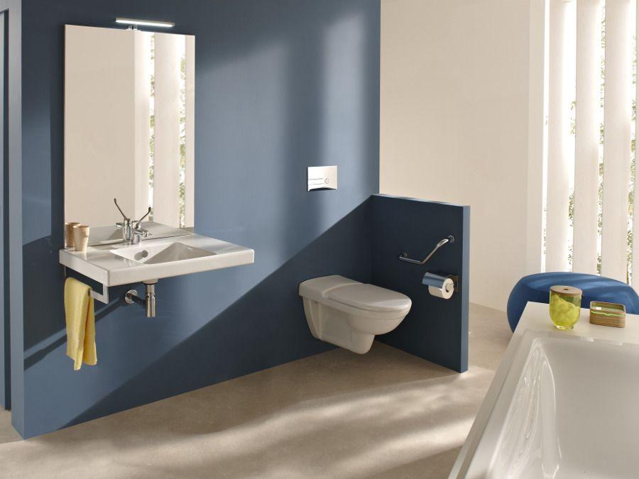 Un lavabo en céramique, design dans une salle de bains bleue