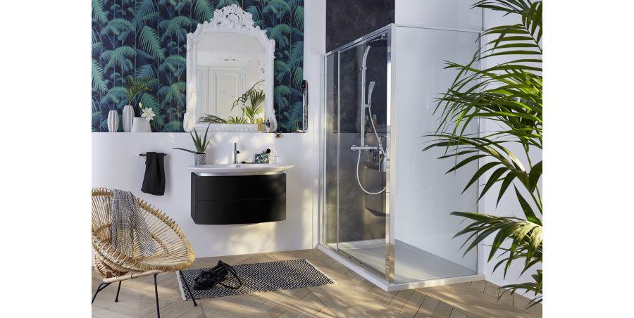 Une salle de bains Presqu'Ile décorée de quelques pot de plantes vertes dans une salle de douche