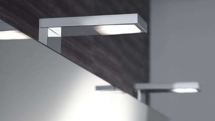 Des spots LED posés au dessus d'un grand miroir