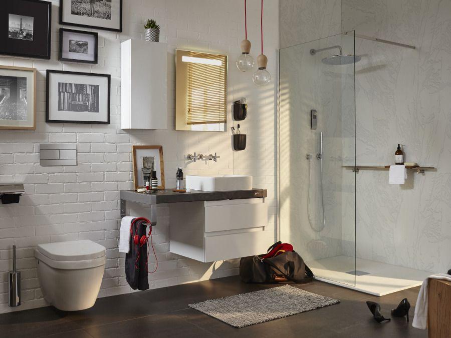Un meuble de salle de bains avec décoration murale