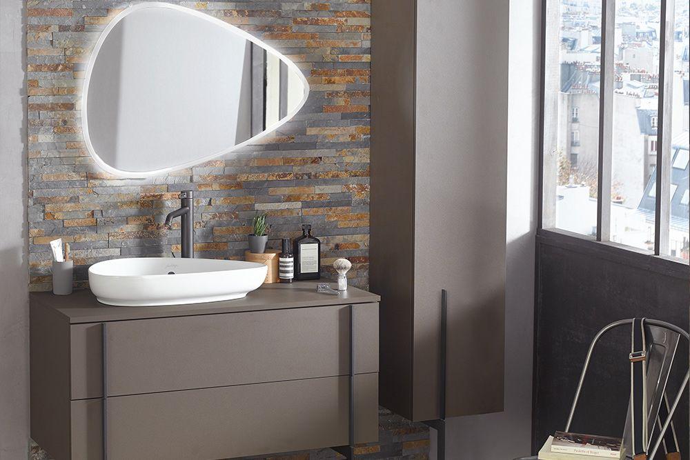Le meuble de rangement, la vasque à poser, la robinetterie et le miroir Nouvelle Vague s'accordent à la perfection