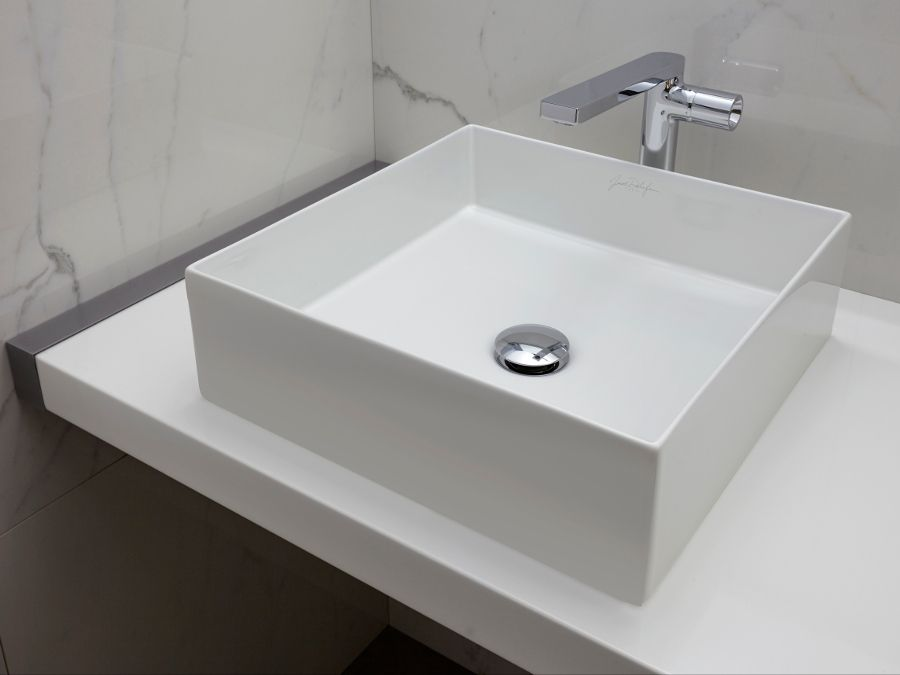 Salle de bains en marbre avec le mitigeur contemporain COMPOSED