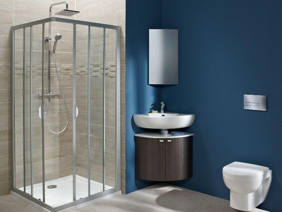 Paroi de douche en angle dans une salle de bains bleu