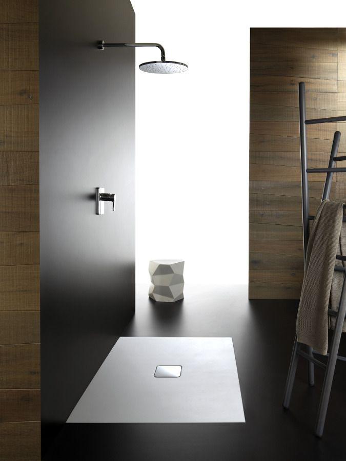 Un receveur de douche blanc encastré design