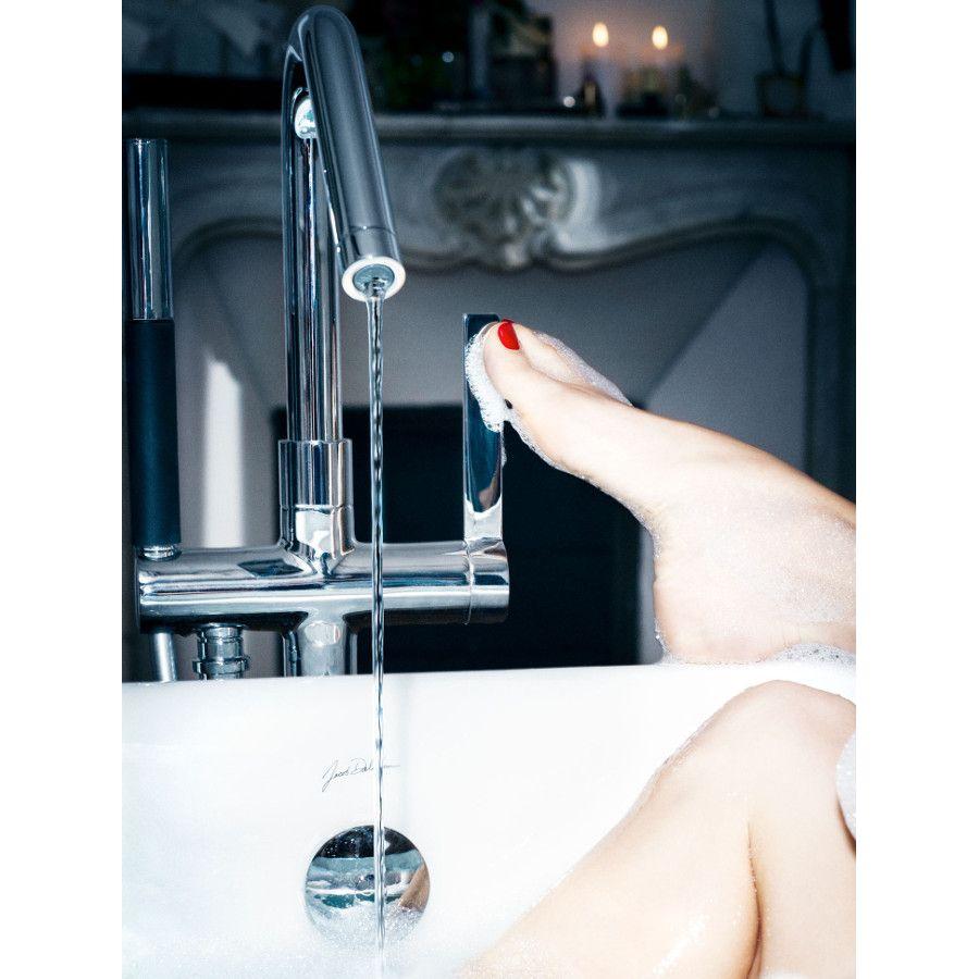 Un robinet de bain avec une installation sur pied